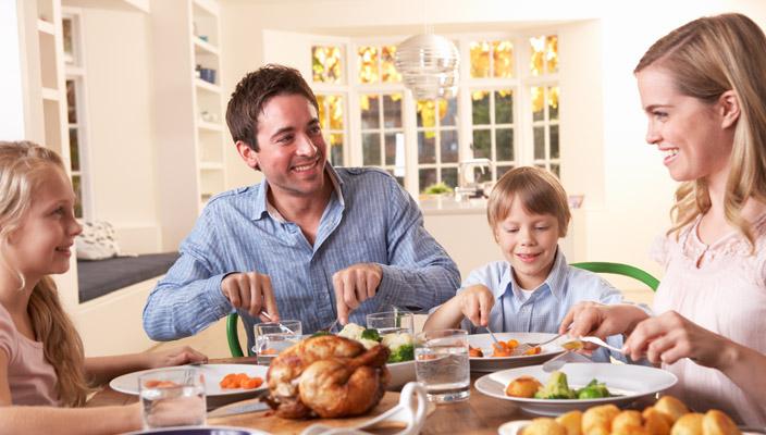 bambini-riduci-il-rischio-di-farli-ingrassare-se-mangi-con-loro