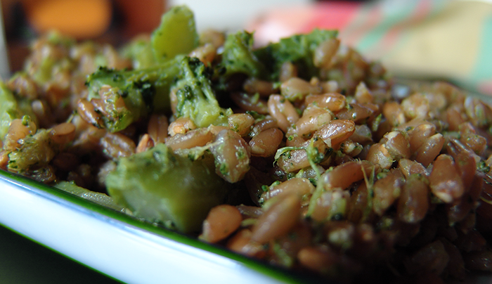 insalata-di-farro-al-curry-con-broccoli-acciughe-capperi-e-mandorle-a-scaglie