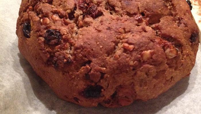 Pane di farina di segale con fichi, noci e uvetta