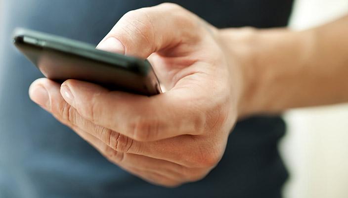 sms-alla-guida-pericolosi-piu-di-parlare-al-cellulare